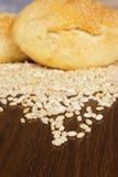 面包、一个袋子用麦子和耳朵 免版税库存照片