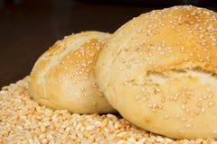 面包、一个袋子用麦子和耳朵 免版税库存图片