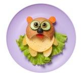 从面包、乳酪和菜创造的熊猫在板材 免版税库存图片