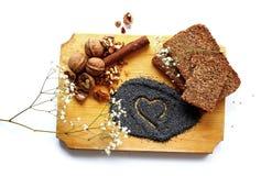 面包、坚果、罂粟种子和桂香 免版税库存图片
