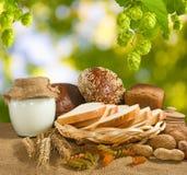 面包、坚果、麦子和牛奶店特写镜头Mage  免版税库存照片