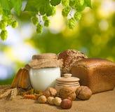 面包、坚果、麦子和牛奶店特写镜头Mage  免版税库存图片
