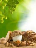 面包、坚果、麦子和牛奶店特写镜头Mage  库存图片