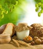 面包、坚果、麦子和牛奶店特写镜头Mage  图库摄影