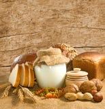 面包、坚果和酸奶的图象breakfastst的 免版税库存图片
