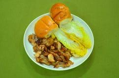 面包、大白菜和肉在板材 库存照片