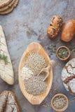 面包、小圆面包和五谷 免版税库存照片