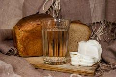 面包、烟肉和一杯伏特加酒 免版税库存图片