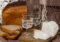 面包、烟肉和伏特加酒 免版税库存照片