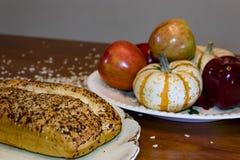面包、燕麦和果子显示 免版税库存照片