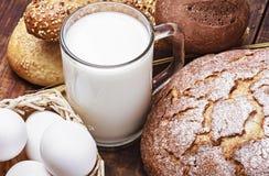 面包、牛奶、面粉和鸡蛋 免版税库存照片