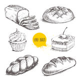 面包、蛋糕用樱桃和奶油杯形蛋糕在白色背景 库存照片