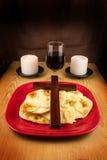 面包、酒、两个蜡烛和十字架 免版税库存照片