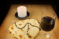 面包、酒、蜡烛和念珠 库存照片