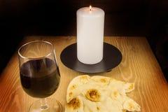 面包、酒、蜡烛和念珠 免版税库存图片