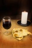 面包、酒和一个蜡烛 库存图片