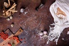 面包、面包条和小圆面包与成份在土气背景 食物框架,从上面看法,拷贝空间 图库摄影
