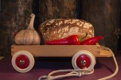 面包、鸡蛋、牛奶和菜 早餐 免版税库存图片