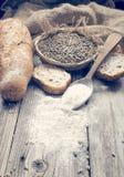 面包、黑麦和一把匙子用白色麦子 免版税库存照片