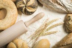 面包。堆面粉、滚针和麦子 免版税库存照片
