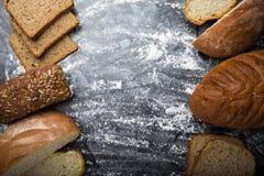 面包不同在对称构成的 库存图片