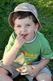 面包儿童吃 免版税库存图片
