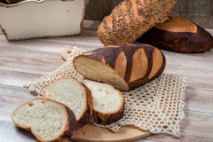 面包全部JPG的麦子 切的整粒面包在tablec的 免版税库存照片