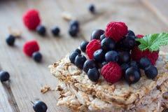 面包冠上用新鲜水果 图库摄影