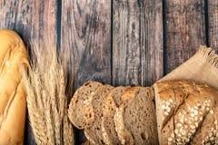 面包切了和在大袋的麦子 图库摄影