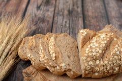 面包切了和在大袋的麦子 免版税库存图片