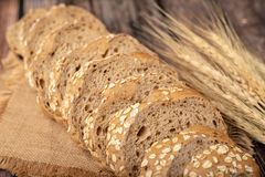 面包切了和在大袋的wheatgrass 免版税库存图片