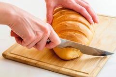 面包切刀妇女 库存照片