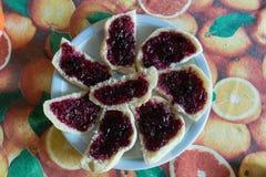 面包切片用樱桃果酱 免版税库存照片
