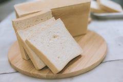 面包剪切大面包 免版税图库摄影