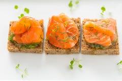黑面包可口开胃菜点心与熏制鲑鱼的 免版税库存图片