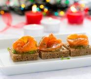 黑面包可口开胃菜点心与熏制鲑鱼的 图库摄影