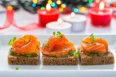 黑面包可口开胃菜点心与熏制鲑鱼的 库存照片