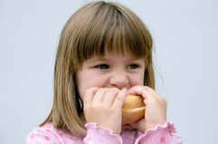 面包吃女孩 图库摄影