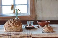 面包和厨具在桌里在农民的房子里 乌克兰 免版税库存图片