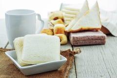 面包和咖啡在桌上 库存照片