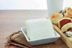 面包和咖啡在桌上 免版税库存图片