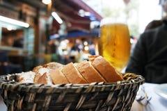 面包和啤酒在篮子 免版税库存图片