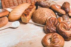 面包和小圆面包在木背景 库存图片