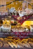 面包和小圆面包在面包店 库存图片