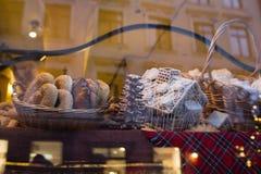 面包和小圆面包在面包店 免版税图库摄影