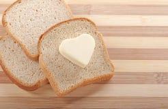 面包和心形的黄油 免版税图库摄影