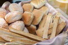 面包和棍子在篮子滚动 免版税库存照片