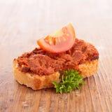 面包和橄榄凤尾鱼汤 免版税库存照片
