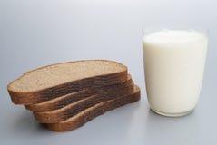 面包和牛奶 库存图片
