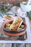 面包和用卤汁泡的橄榄。 免版税图库摄影